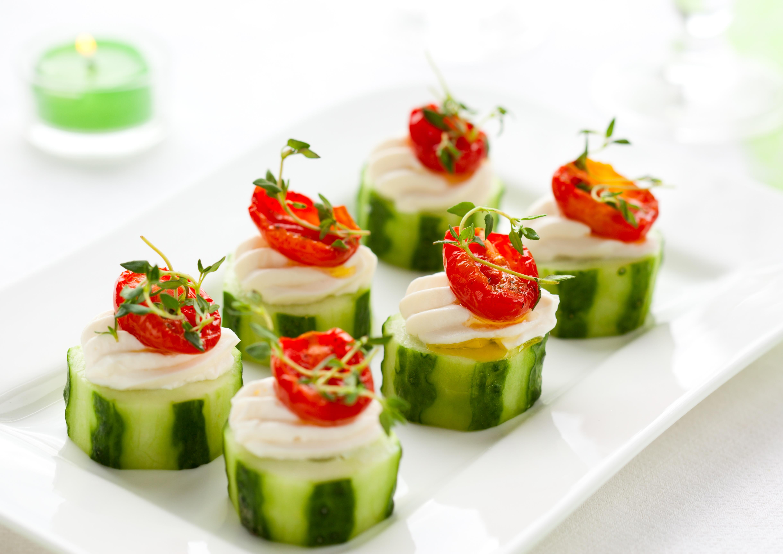 Przystawki warzywne miejscowości z ogórków, serów miękkich i słońce suszonymi pomidorami