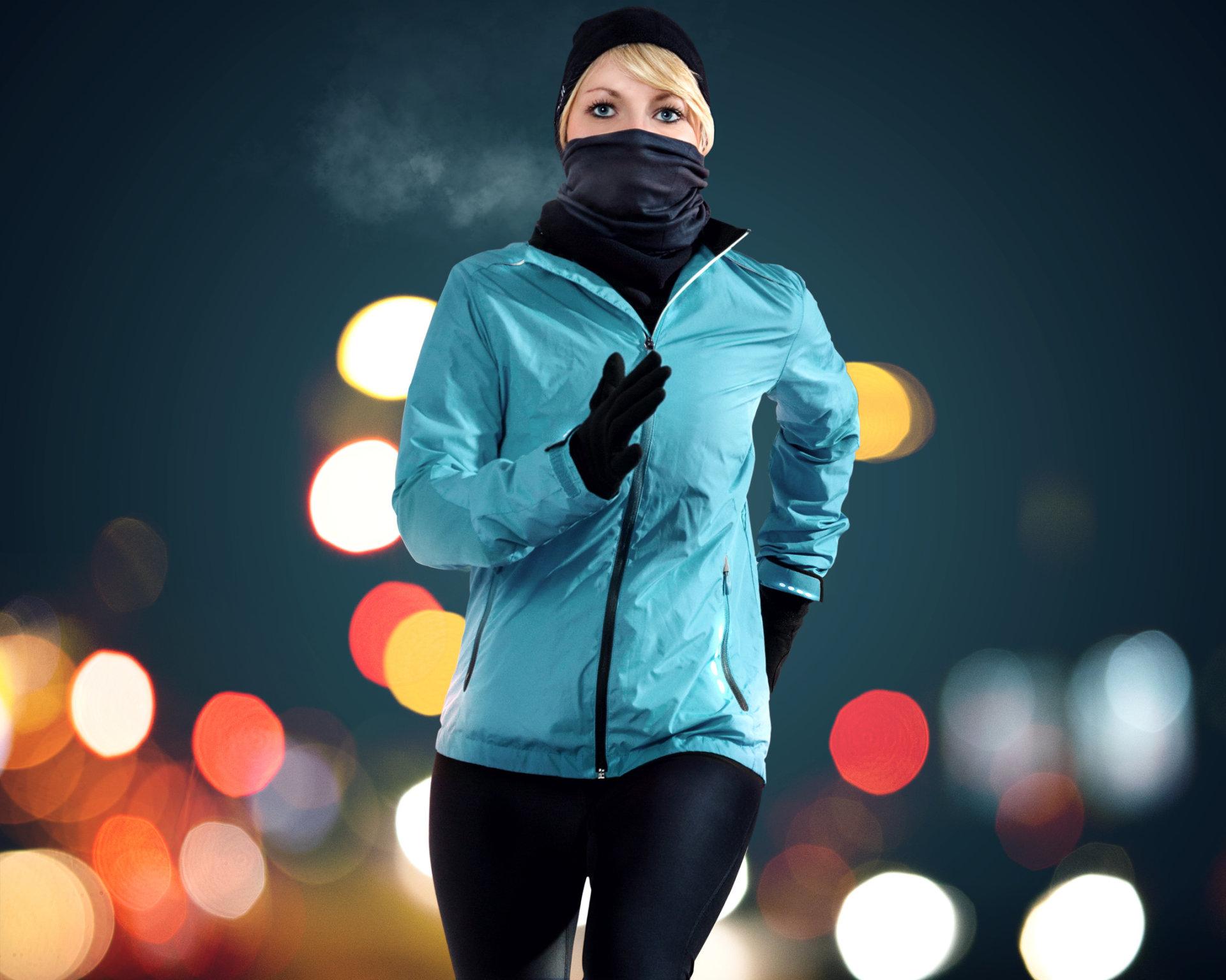 joggerin in urbaner winternacht