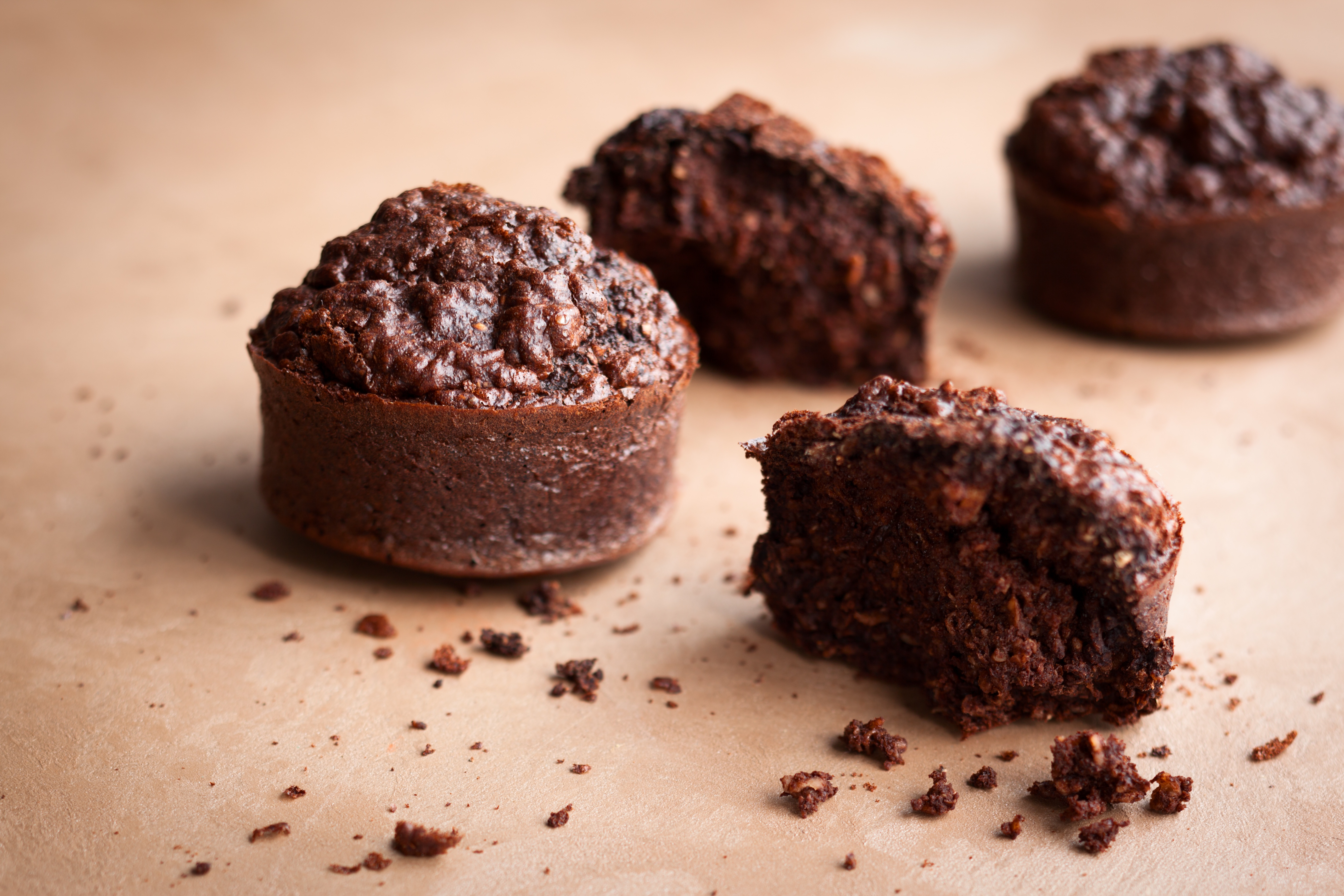 Otręby owsiane czekoladowe babeczki na stole