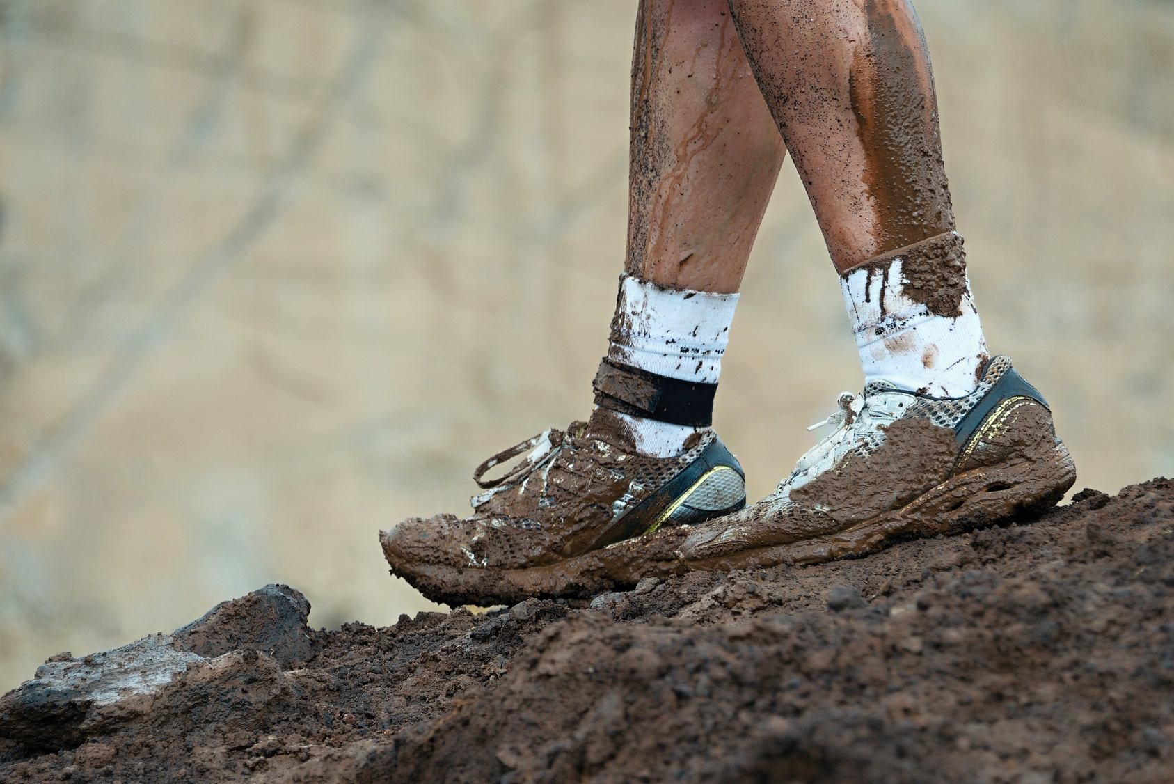Mud race runners,muddy running shoes