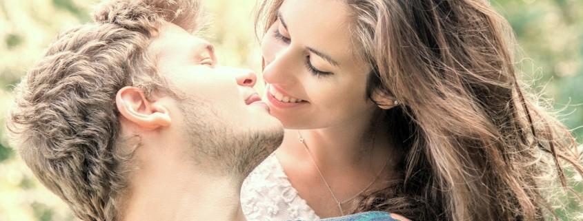 coppia felice che si bacia