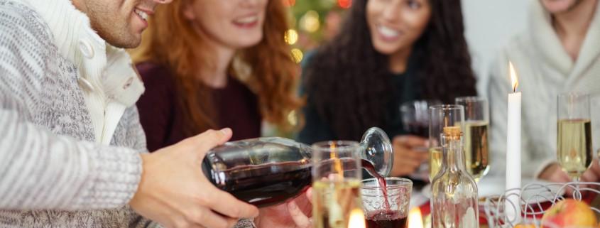 freunde treffen sich zum festlichen weihnachtsessen zu hause