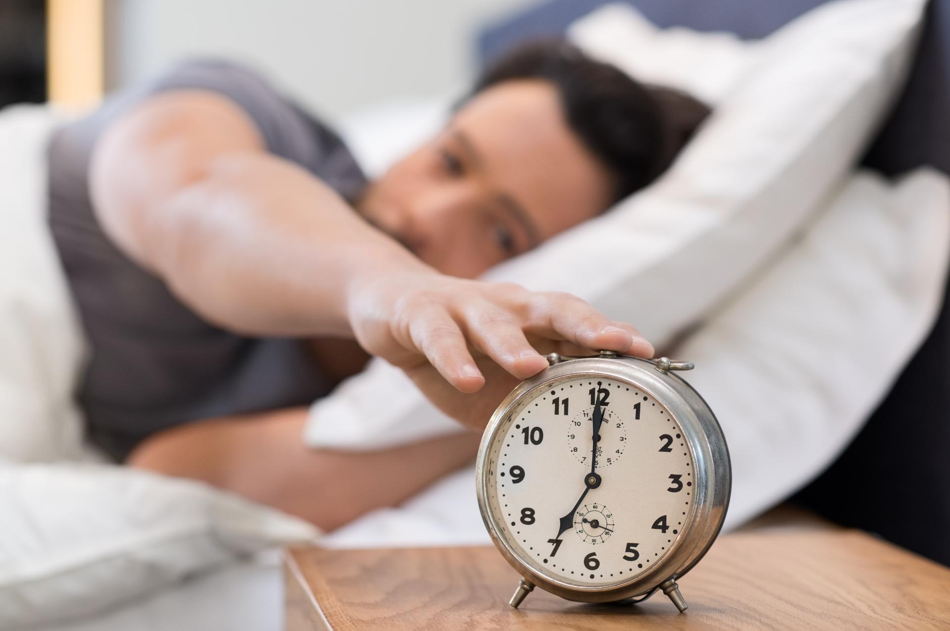 maenner-schlafen-durchschnittlich-weniger-als-frauen-