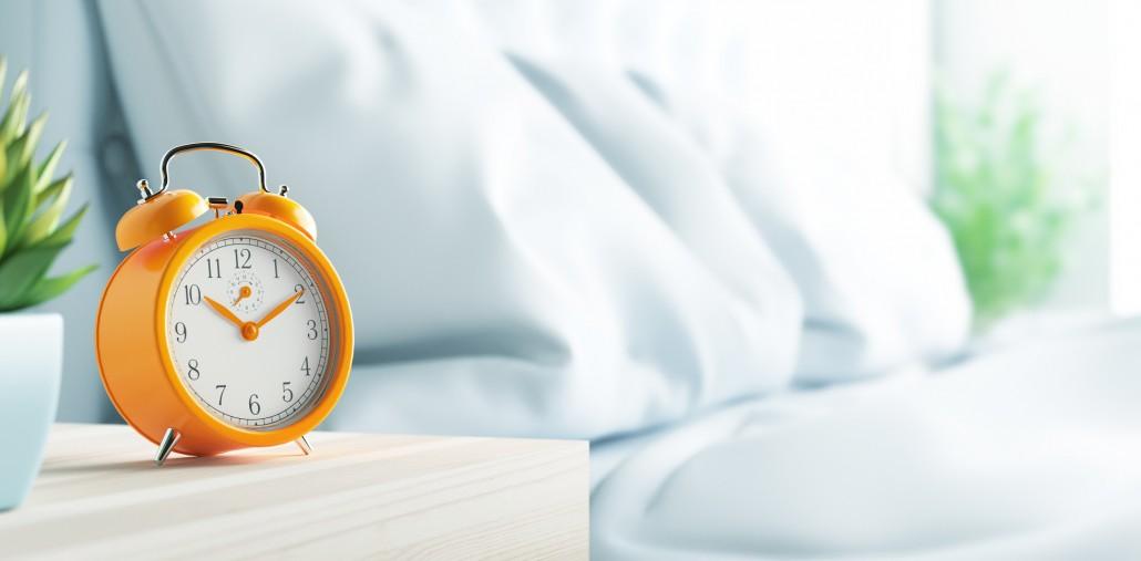 Sveglia su comodino in camera da letto, mattino