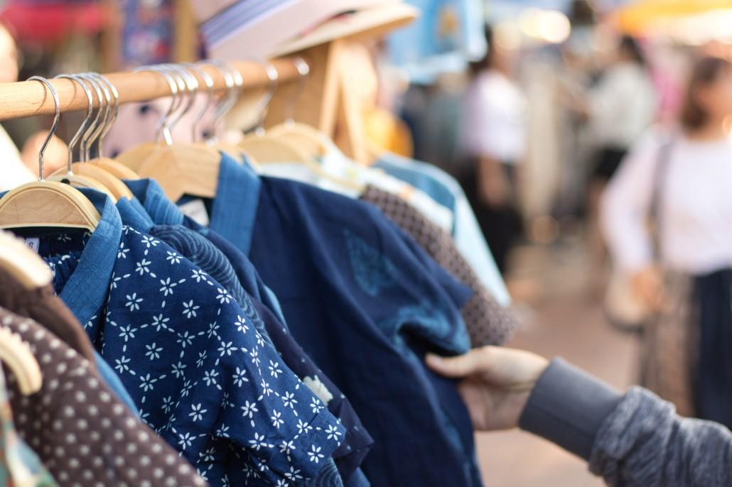 Blick auf Damenmode aus Leinenmaterial an einer Kleiderstange