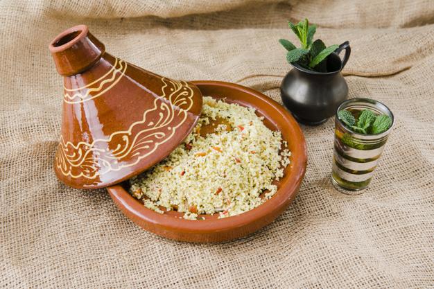 quinoa-salatka-w-pucharze-blisko-filizanki-i-miotacza_23-2148081051