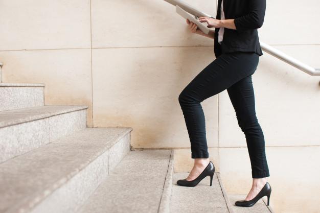 businesswoman-chodzenie-na-gore-i-za-pomoca-touchpada_1262-5985