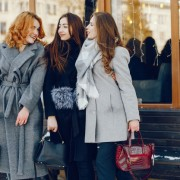 trzy-ladne-dziewczyny-w-miescie-zima_1157-15246