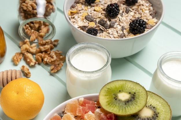 zblizenie-zdrowe-sniadanie-z-musli_23-2148407059