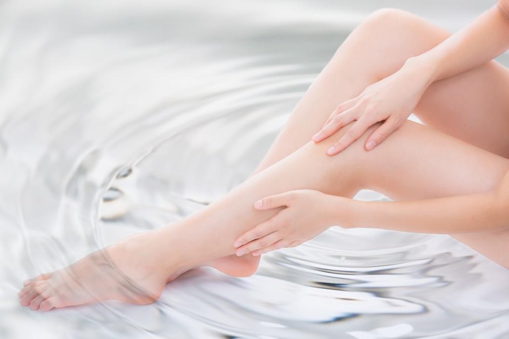 水に足を浸ける女性