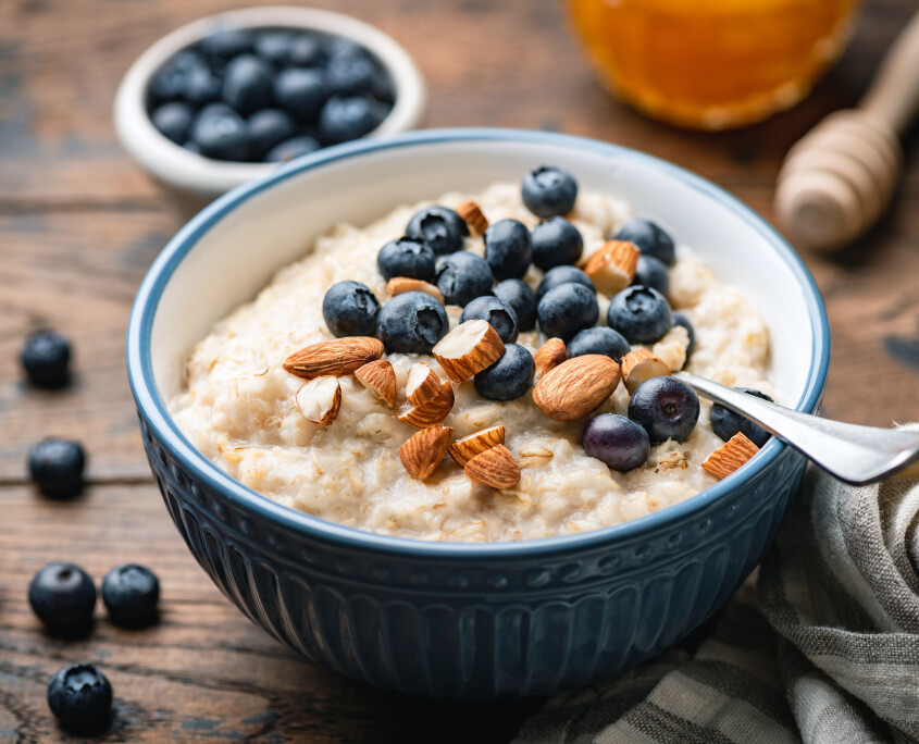 Oatmeal porridge with blueberries, almonds